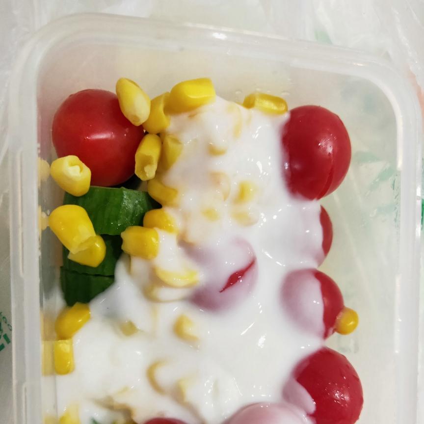 今日午餐,沙拉酱换成低脂酸奶,希望能瘦身