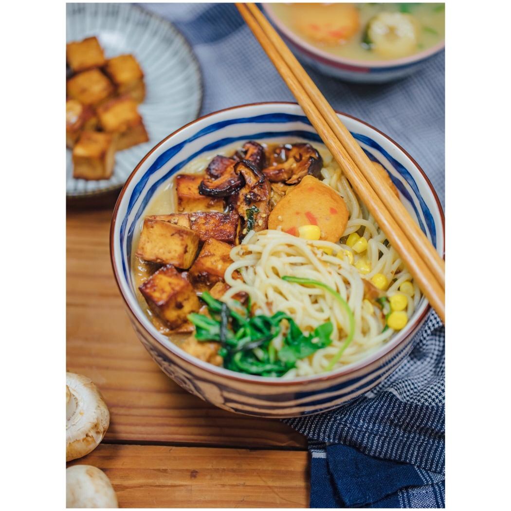 一大碗面條帶來的滿足感,味增湯素食拉面